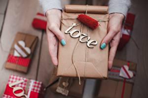 Картинка Любовь День всех влюблённых Коробка Подарки Руки