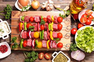 Обои Мясные продукты Шашлык Овощи Помидоры Чеснок Разделочной доске