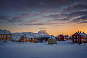 Картинка Норвегия Зима Вечер Дома Снегу Sulitjelma Города
