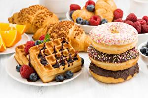 Картинки Выпечка Пончики Ягоды Круассан Шоколад Продукты питания