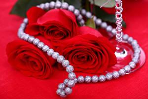 Фото Роза Украшения Жемчуг Красном фоне Трое 3 Красные Цветы
