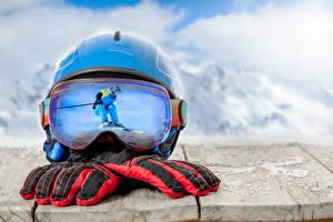 Картинка Лыжный спорт Доски Шлем Очки Перчатки Отражение Спорт