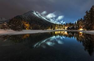 Фотографии Словения Озеро Горы Вечер Зимние Леса Здания Lake Jasna Природа