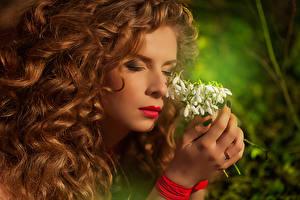 Фотография Подснежники Рыжие Рука Руки Молодая женщина Девушки