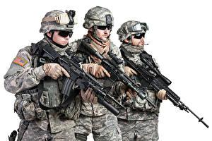 Фотография Солдаты Автоматы Белый фон Трое 3 Униформа Очки Армия