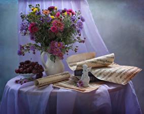 Фото Натюрморт Астры Ноты Виноград Букеты Ваза Стол Цветы
