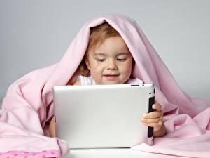 Картинки Планшетный компьютер Серый фон Девочки Дети