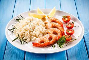 Обои Вторые блюда Креветки Рис Томаты Лимоны Доски Тарелка
