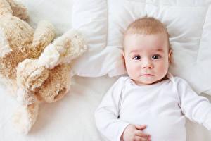 Фотография Игрушки Младенца Смотрит ребёнок