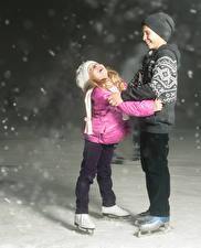 Фото Двое Мальчики Девочки Коньки Шапки Улыбка Снег Ребёнок Спорт