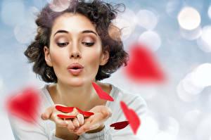 Фото День всех влюблённых Шатенка Руки Сердечко Девушки