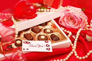Фото День всех влюблённых Конфеты Шоколад Розы Украшения Жемчуг Красный фон Английский Сердечко