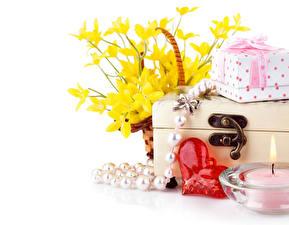 Обои День святого Валентина Нарциссы Свечи Украшения Белым фоном Сердце Подарки цветок