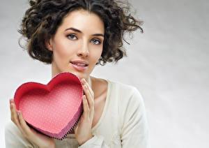 Картинка День святого Валентина Сердечко Руки Девушки