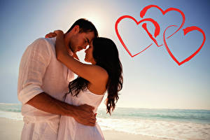 Фото День святого Валентина Мужчины Любовь Вдвоем Шатенка Объятие Сердце Девушки