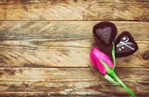 Картинки День святого Валентина Розы Конфеты Шоколад Доски Розовый Сердце Еда Цветы