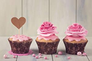 Картинки День всех влюблённых Розы Сладости Капкейк кекс Доски Трое 3 Дизайн Сердце