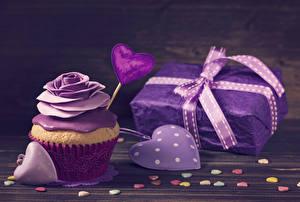 Фото День всех влюблённых Розы Сладости Капкейк кекс Доски Дизайн Сердечко Подарки Фиолетовый Пища
