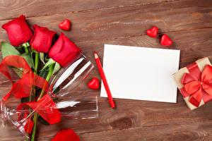 Фотографии День святого Валентина Розы Шаблон поздравительной открытки Доски Лист бумаги Карандаши Красный Бокалы Сердце Цветы