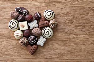 Фото День святого Валентина Сладости Конфеты Шоколад Доски Сердце Продукты питания