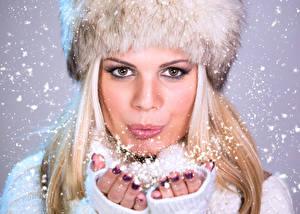 Фотография Зимние Блондинка Лицо Руки Снежинки Девушки