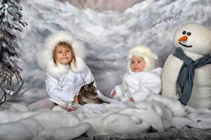 Фото Зима Кошка 2 Девочки Снеговик Шапка Шарфе Дети