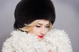 Фото Зимние Серый фон Блондинка Шапки Девушки