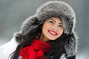 Фотографии Зимние Серый фон Лицо Улыбка Шапки Шарф Зубы Девушки
