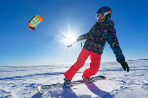 Обои Зимние Сноуборд Снег Мальчики Шлем Солнце Куртка Ребёнок Спорт
