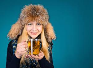 Обои Зимние Чай Цветной фон Блондинка Шапки Чашка Руки Девушки