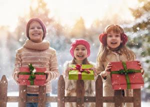 Картинка Зимние Втроем Мальчики Девочки Подарки Улыбка Счастье Снег Ребёнок
