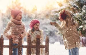 Картинки Зима Трое 3 Девочки Мальчики Снег Шапки Радость Дети