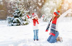 Фото Зимние 2 Снег Девочки Руки Шапки Радость Шарф Дети