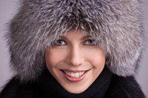 Фотографии Зимние Шапки Лицо Улыбка Смотрит Девушки