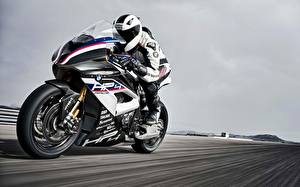 Фотография БМВ Мотоциклист Едущий 2017 HP4 Мотоциклы