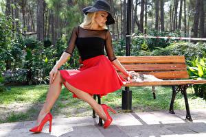 Фото Блондинка Шляпе Сидит Юбка Туфли Скамейка молодые женщины