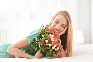 Картинки Букеты Розы Блондинка Улыбка Девушки