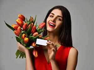 Картинка Букеты Тюльпаны Серый фон Шатенка Счастье Девушки