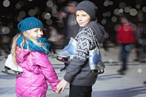 Обои Мальчики Девочки Шапки Коньки Смотрит Ребёнок