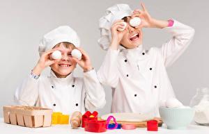 Фотография Мальчики Двое Повар Униформа Яйца Счастье Ребёнок