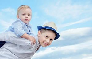 Фото Мальчики Двое Взгляд Шляпа Ребёнок