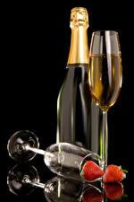 Фото Шампанское Клубника Черный фон Бутылка Бокалы Пища