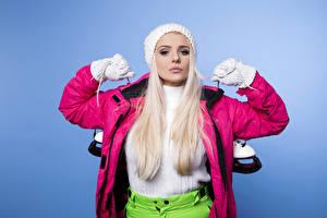 Фото Цветной фон Блондинок Коньки Перчатках Куртках молодая женщина Спорт
