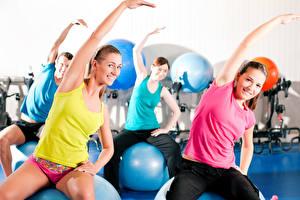 Обои Фитнес Физические упражнения Улыбка Руки Сидящие Девушки Спорт
