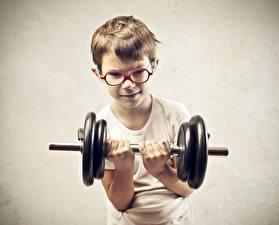 Обои Серый фон Мальчики Гантели Очки Руки Физические упражнения Ребёнок