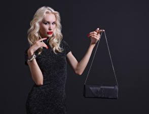 Картинки Сумка Серый фон Блондинка Руки Смотрит Платье