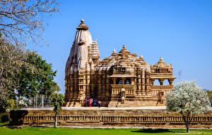 Фото Индия Храмы Цветущие деревья Khajuraho Chitragupta Temple Города