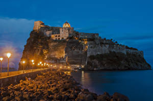 Картинка Италия Замки Мосты Вечер Руины Скала Уличные фонари Castello Aragonese