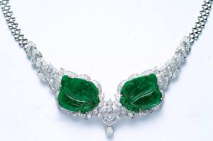 Обои Украшения Ожерелья Белом фоне Зеленый