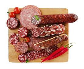 Обои Мясные продукты Колбаса Томаты Острый перец чили Белом фоне Разделочная доска Нарезка Продукты питания